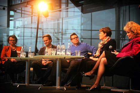 HS Kaupungin teemakeskustelu koulutuksesta. Keskustelijat Laura Kolbe (kesk), Kari Uotila (vas), Asmo Maanselkä (kd), Christina Gestrin (r) ja Terttu Savola (köyhien asialla).