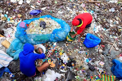 Monsuunisateiden aiheuttamat suuret aallot ovat tuoneet jätteitä rantaan Filippiinien pääkaupungissa Manilassa. Niiden seasta ihmiset etsivät ja puhdistivat käyttökelpoisia muoviastioita maanantaina.