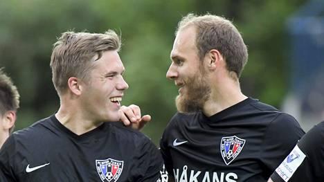 Benjamin Källman (kesk.) teki heti paluuottelussaan maalin.
