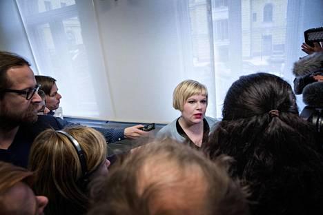Perhe- ja peruspalveluministeri Annika Saarikko tiedotusvälineiden ympäröimänä.