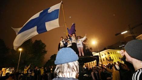 Jääkiekkofanit juhlivat Suomen jääkiekon maailmanmestaruutta Helsingissä viime toukokuussa.