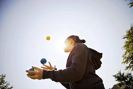 Sirkus Magentan kouluttaja Sarah Hudson oli opettamassa sirkustaitoja pakolaisleirillä Jordaniassa 2013. Häntä haastateltiin Helsingin Sanomiin 2014.