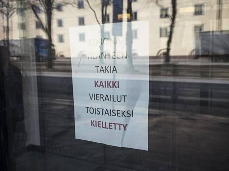 Sininauhasäätiön talon ovessa Mäkelänkadulla oli maaliskuun lopussa lappu, jossa kiellettiin vierailut.