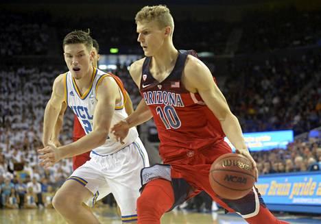 Arizona Wildcatsin Lauri Markkanen (10) kuljettamassa palloa UCLA:n korille TJ Leafin ahdistelemana 21. tammikuuta 2017.