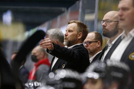 Kärppien päävalmentaja Mikko Manner viimeisessä ottelussaan oululaisseuran johdossa muun valmennustiimin ympäröimänä.