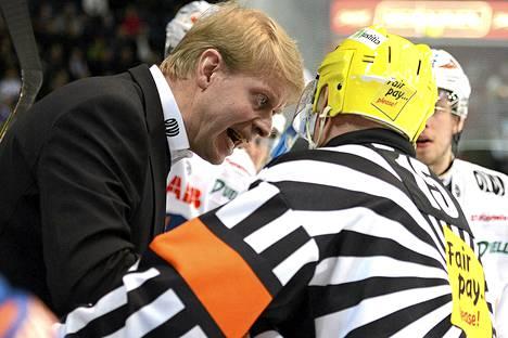 Tapparan valmentaja Jukka Rautakorpi selitti näkemyksiään erotuomari Jukka Levoselle SM-liigan välieräottelussa Lukkoa vastaan keväällä 2013.