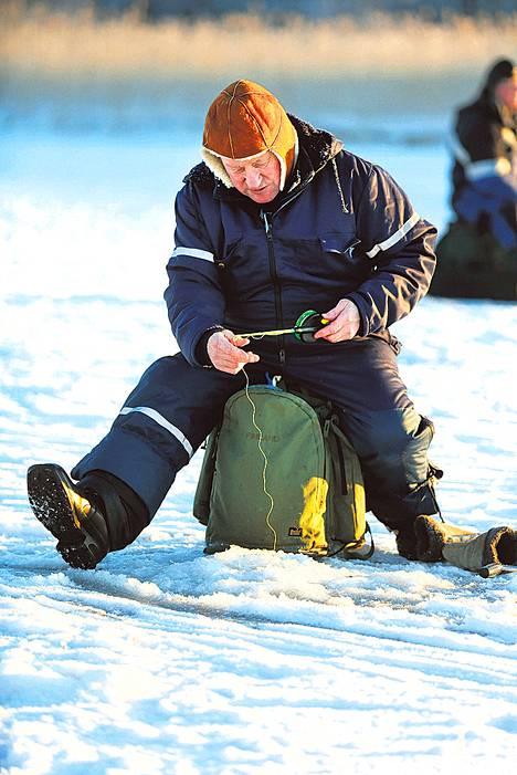 Tauno Järvistä harmittaa talven myöhästyminen. Hän on yrittänyt turhaan napata ahvenia eri puolilla pääkaupunkiseutua.