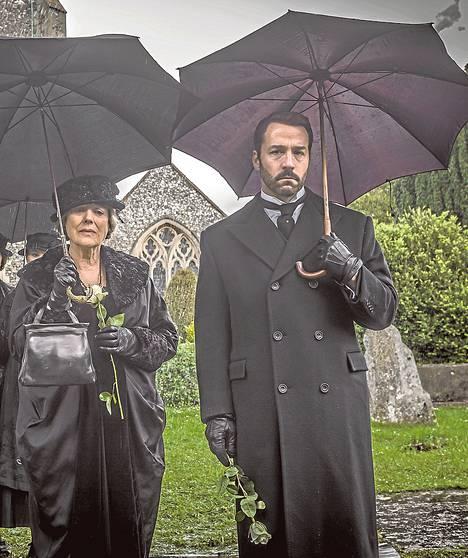 Kolmoskausi käynnistyy hautajaisilla. Lois ja Harry Selfridge (Kika Markham ja Jeremy Piven) hyvästelevät Rosen.