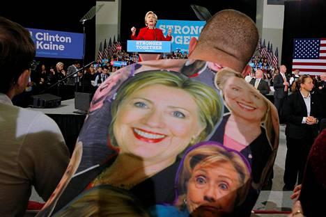 Hillary Clintonin kannattaja seurasi ehdokkaansa puhetta Kentin yliopistolla Ohiossa maanantaina.
