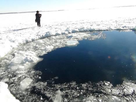 Paikallinen poliisi työskenteli jäätyneellä järvellä lähellä Tšeljabinskia.