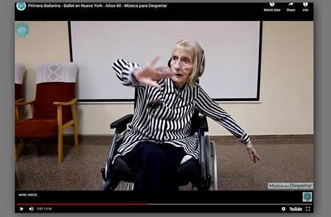 Pysäytyskuva videosta, jossa yli 90-vuotias balettitanssija Marta Cinta González Saldañasta tekee balettitanssiliikkeitä pyörätuolissa.