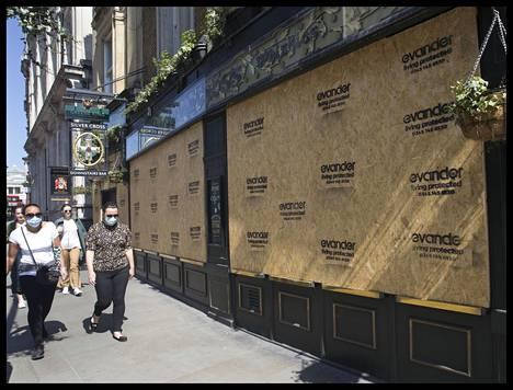 Lontoossa sijaitsevan pubin ikkunoihin on asennettu suojalevyt koronaviruksen aiheuttaman sulkemisen takia.