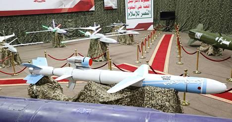 Huthien tiedotustoimisto välitti maanantaina kuvia Jemenin huthi-kapinallisten ohjus- ja lennokkiarsenaalista.