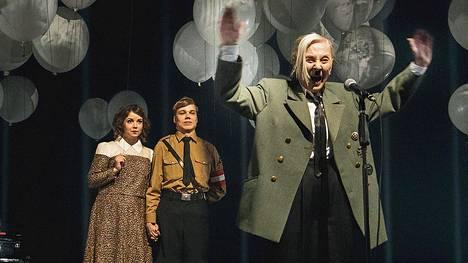 Seela Sellan Hitler on pieni ihminen liian isossa takissa.