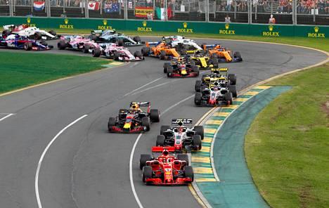 Ferrarin Sebastian Vettel kolmantena lähdössä.