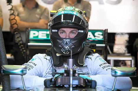 Nico Rosberg otti niskalenkin Lewis Hamiltonista.