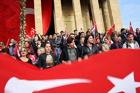 Ihmiset heiluttivat Turkin lippua tasavallan juhlapäivänä lauantaina tasavallan perustajan Mustafa Kemal Atatürkin mausoleumilla Ankarassa.