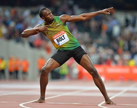 Usain Bolt esitteli tavaramerkkituuletustaan voittonsa jälkeen.