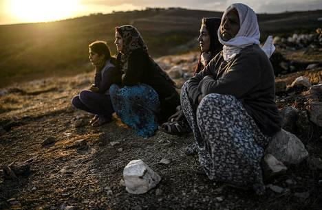 Syyrian kurdit katsoivat sunnuntaina mäen päältä taisteluja, joita käytiin Isis-järjestön ja kurditaisteilijoiden välillä. Turkki on viime aikoina ottanut vastaan 160 000 pakolaista, jotka ovat paenneet Isisiä Kobanen kaupungin ympäristöstä. Turkin presidentti Recep Tayyip Erdogan on kuitenkin lausunut, että olisi parempi, jos pakolaiset voisivat elää turvallisesti Syyriassa.