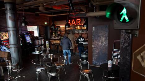 Urheilupuiston Sidewalk on yksi kolmesta Antti ja Olli Karikosken pyörittämästä baarista. Perjantaina ovet suljetaan toistaiseksi.