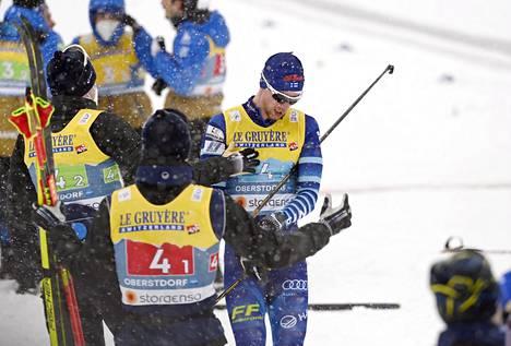 Joni Mäki saapui pettyneenä maalin. Iivo Niskanen ja Ristomatti Hakola olivat vastassa.