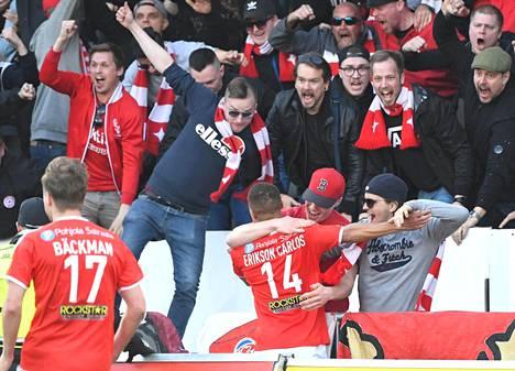 HIFK:n pelaajat ja kannattajat juhlivat Erikson Carlosin tuikkaamaa 1-1-tasoitusmaalia Stadin derbyssä 23. huhtikuuta.