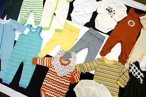 Viime vuoden äitiyspakkauksen vaatteet näyttivät tältä.