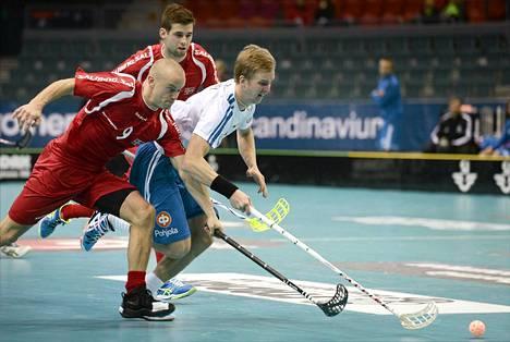 Suomen Mika Moilanen (oik.) ja Norjan Espen Evensen (edessä) ja Daniel Gilske salibandyn MM-kisojen neljännesvälieräottelussa.