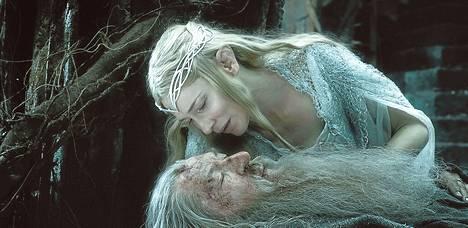 Haltija Galadriel (Cate Blanchett) ja velho Gandalf (Ian McKellen) esiintyvät sekä Taru sormusten herrasta -elokuvissa että Hobitti-filmatisoinneissa.