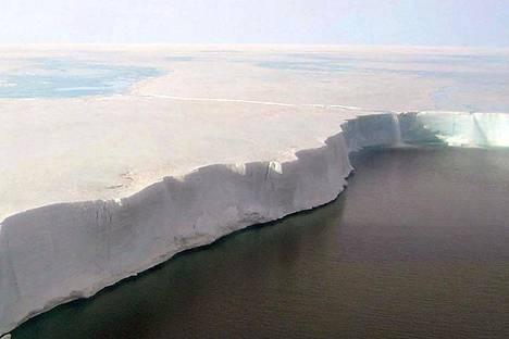 Etelämantereella kesäaikaan otetussa kuvassa näkyy mereen rajautuvan Larsen-jäähyllyn veden yläpuolinen paksuus. Pudotusta mereen on kymmeniä metrejä.