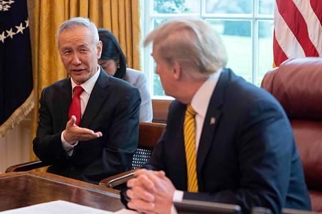Kiinan varapääministeri Liu He ja Yhdysvaltain presidentti Donald Trump neuvottelivat kauppasopimuksesta Valkoisessa talossa viime huhtikuussa.