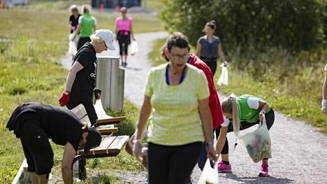Ploggaajat keräsivät vajaassa tunnissa kymmenkunta roskapussillista roskia Myyrmäestä.