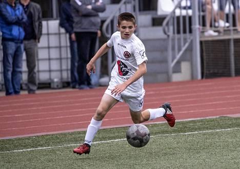 Rustam Asentšukov haluaa ammattijalkapalloilijaksi. Joukkueen harjoitusten lisäksi hän harjoittelee itsekseen joka toinen päivä.