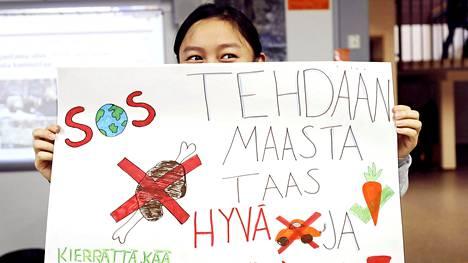 Ah Khu Pok päätti ystäviensä kanssa osallistua perjantain mielenosoitukseen kuultuaan aamunavauksen. He tekivät yhdessä plakaatin sitä varten.