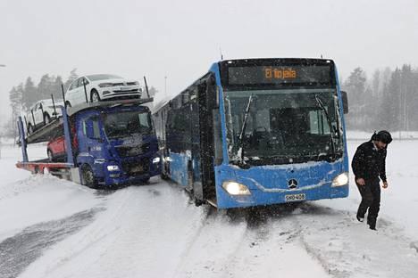 Aviapoliksen kohdalla Helsinki-Vantaan lentokentän lähellä autonkuljetusrekka luisui osittain tieltä Kehä kolmosen rampilla ja miltei tukkii sen. Muut autot joutuvat ohittamaan rekan penkereen kautta.