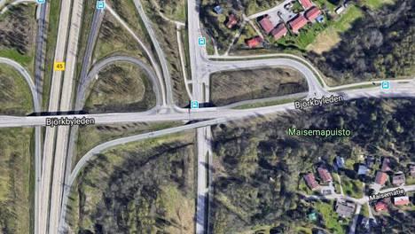Koivukylän liitymärampin töksähtävä liittyminen Koivukylänväylään yllättää monet kuskit.