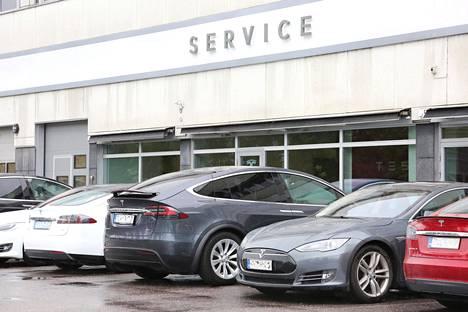 Sähköautojen kolarikorjausten kustannukset ovat kovia verrattuna polttomoottorillisiin autoihin. Teslat ovat sähköautojen edelläkävijoitä.