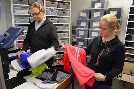 Joonas ja Elina Loueranta Biancaneven toimistolla Tampereella. Yrityksellä oli vielä viime vuonna kaksi kivijalkaliikettä. Nyt ne on suljettu, koska ne toivat verkkoon verrattuna enää pienen osan myynnistä. Tuotteita myydään vain verkkokaupassa.