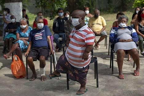 Stella Marisin ikäihmisille tarkoitetun asuntolan asukkaat odottivat tilojen desinfiointia torstaina Rio de Janeirossa samalla, kun koronaviruspandemia leviää nopeasti Brasiliassa.