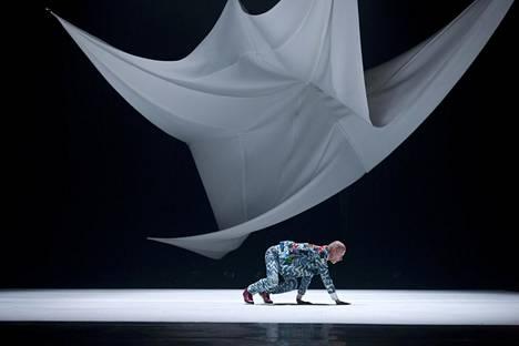 Tanssitaiteilija ja koreografi Alpo Aaltokoski 30-vuotistaiteilijajuhlateoksessaan Navigatio.
