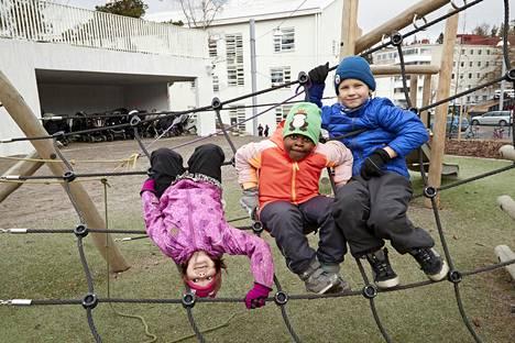 Tämän kevään esikoululaiset Maria Kolomainen, Chikama Itodo ja Aron Westerholm leikkivät päiväkoti Korennon pihalla Maunulassa. Korento on yksi niistä päiväkodeista, joissa alkaa syksyllä kaksivuotisen esiopetuksen kokeilu.