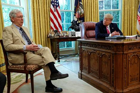 Senaatin republikaanijohtaja Mitch McConnell kertoi presidentti Donald Trumpille koronatukipakettiin liittyvästä lainsäädännöstä Valkoisessa talossa viime heinäkuussa.