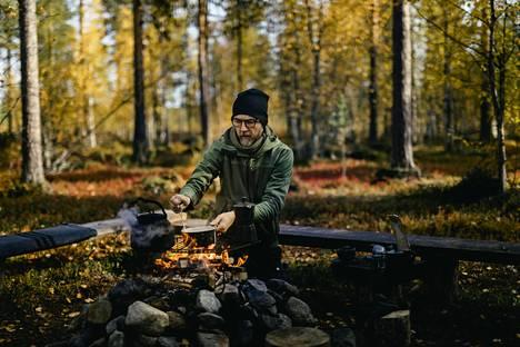 Kittiläläisen HaliPuu-yrityksen Steffan Wunderink keittää kahvia nuotiolla. Yritys tarjoaa etenkin ulkomaalaisille turistiryhmille elämyksiä metsässä.