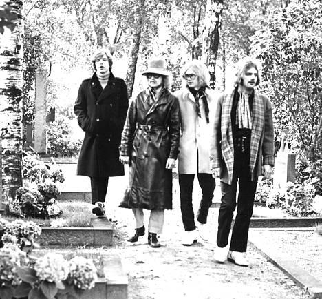 Apollo-yhtyeen jäsenet kävelyllä: vasemmalta oikealle Harri Saksala, Edward Vesala, Heimo Holopainen ja Eero Lupari.