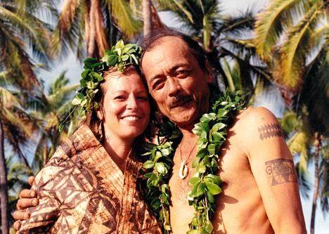 Janice Keihanaikukauakahihuliheekahaunaele, omaa sukua Worth, miehensä Loken kanssa heidän hääpäivänään 1992. Leskeksi jäänyt Keihanaikukauakahihuliheekahaunaele ei edes harkitse tyttönimensä takaisin ottamista.