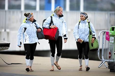 Silja Kanerva (vas.), Mikaela Wulff ja Silja Lehtinen ovat match race -luokan purjehduksessa neljän parhaan joukossa.
