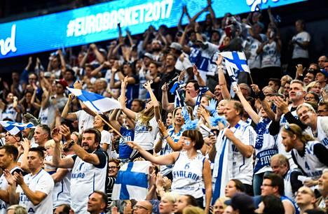 Innokas fanijoukko on Suomen koripallomaajoukkueen voimavara.