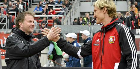 Leverkusenin valmennuskaksikko Sascha Lewandowski (vas.) ja Sami Hyypiä totesivat tyytyväisinä paikan Mestarien liigaan varmistuneen Nürnberg-voiton myötä.