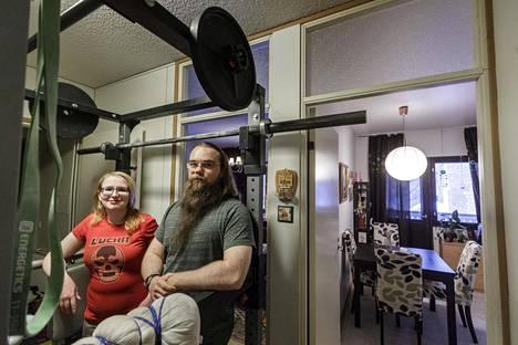 Aino Aholainen ja Mikko Koponen ovat viihtyneet Kuopion Neulamäessä alun perin kolmen hengen soluksi rakennetussa kodissaan jo seitsemän vuotta.
