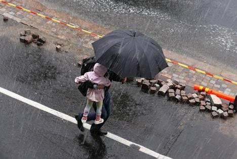 Tuleva viikko voi tuoda sateita eri puolille Suomea. Kuva elokuun 11. päivältä, jolloin Helsingissä satoi paikoin rankasti.